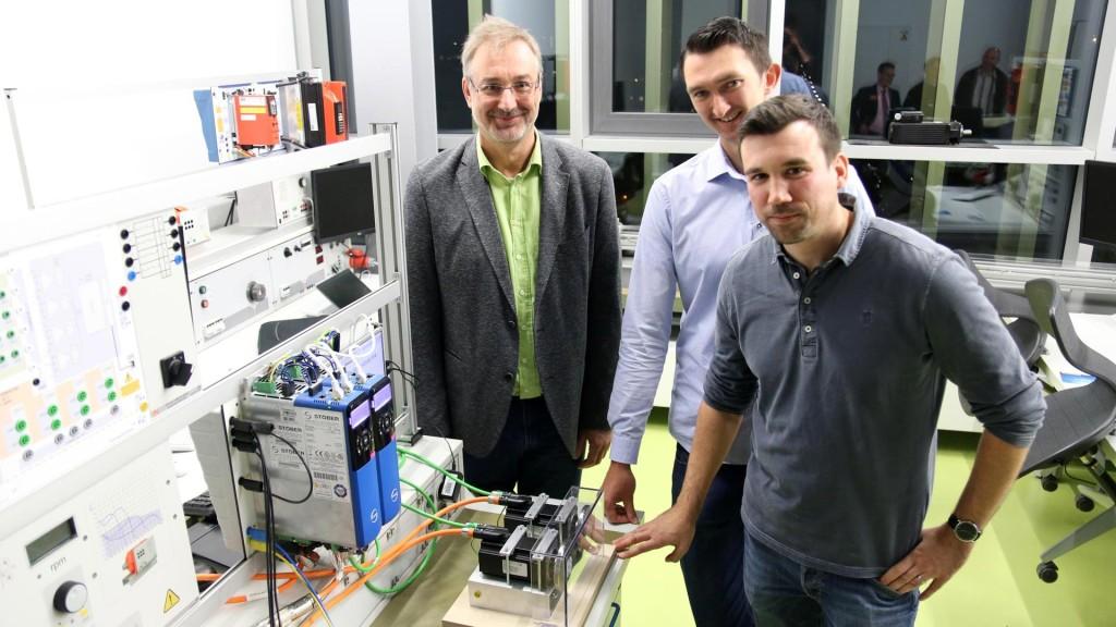 Tatkräftige Unterstützung bekamen die angehenden Techniker von STÖBER. Ingenieur Thilo Dauth (li.) betreute sie mit umfassendem Know-how.