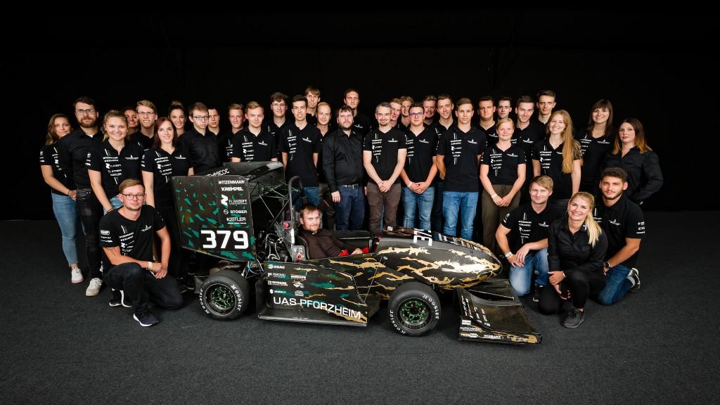 """Die Rennschmiede Pforzheim feierte mit ihrem Benziner """"Emerald"""" Erfolge auf den großen Rennstrecken dieser Welt. Doch das Team hat nicht nur Benzin im Blut."""